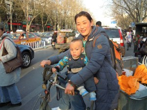 e il casco? e il seggiolino? la vera protezioni in bicicletta? : la mamma!!!
