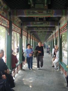 Camminare nel Corridoio Lungo   (piu di un km di portici in legno  finemente dipinti)