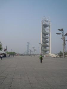 Il viale della cittadella olimpica e il grattacielo albergo: un deserto e strutture  in disfacimento