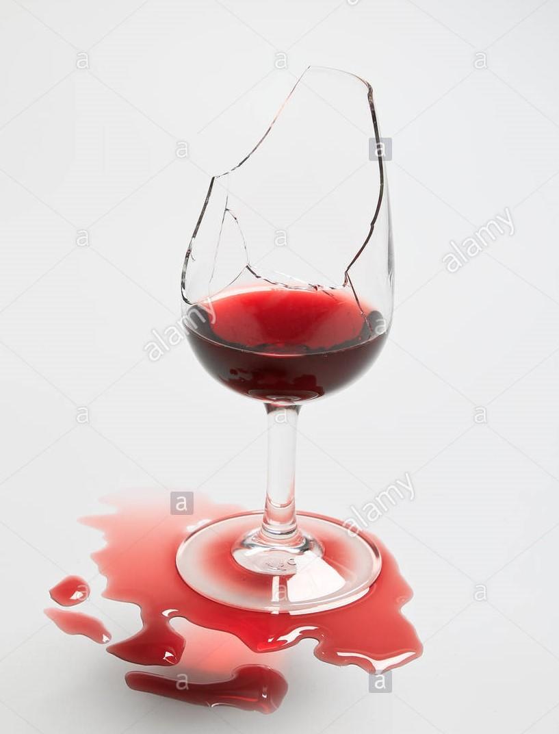 bicchiere rotto con vino
